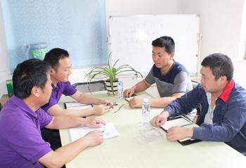 安嘉设计总工与客户探讨设计方案