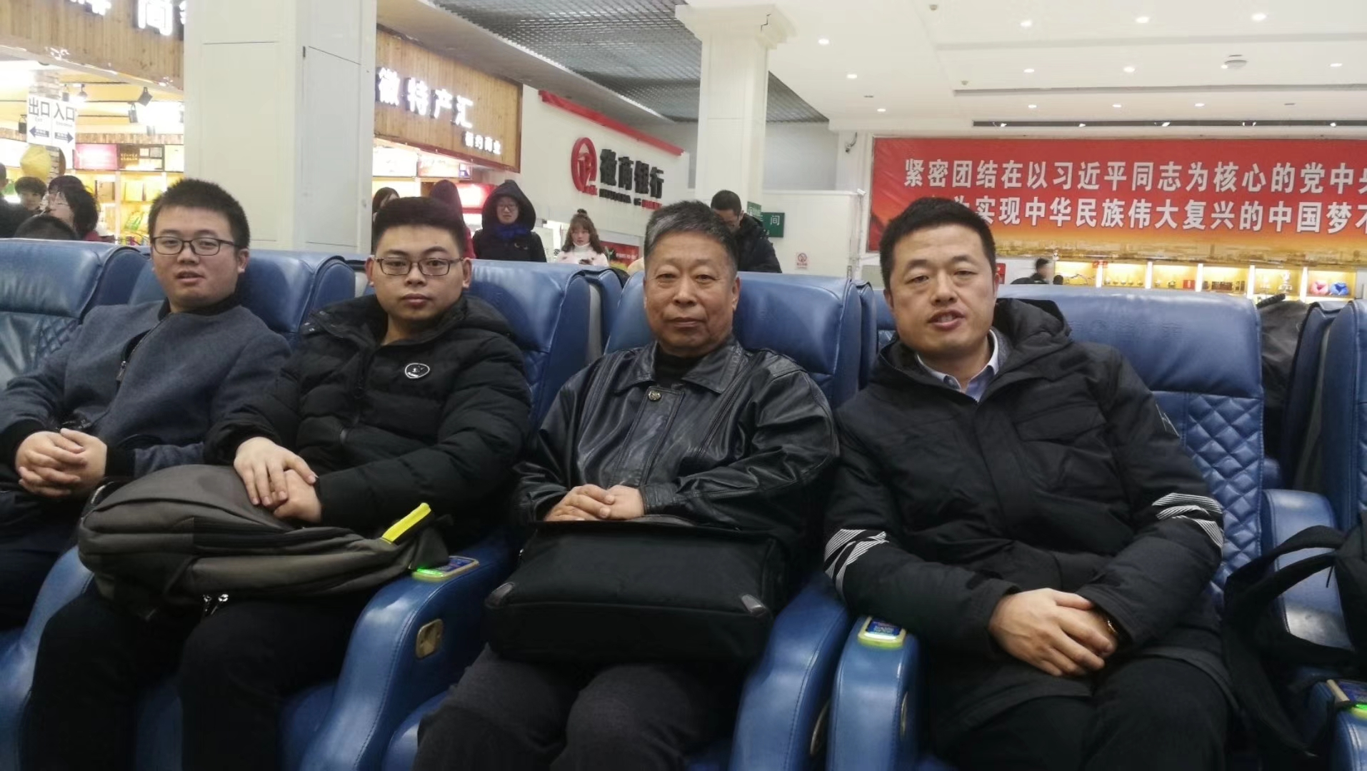 安嘉人出差凌晨3点在机场留影
